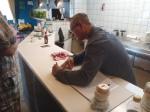 speler + barman Willem rekent de barwinst uit.