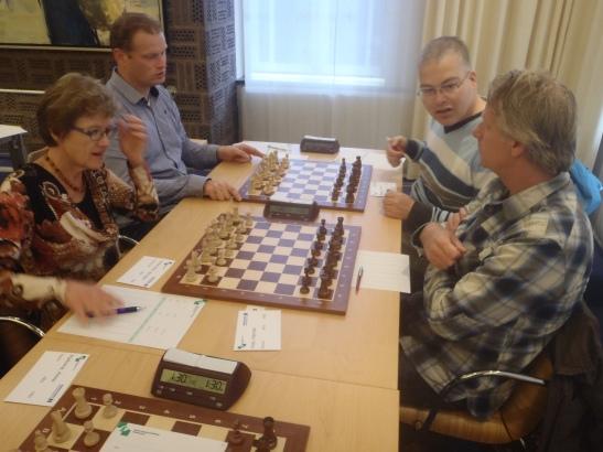 Herman speelde weer met de kleine middelen. Op de achtergrond oud lid Christiaan Mol