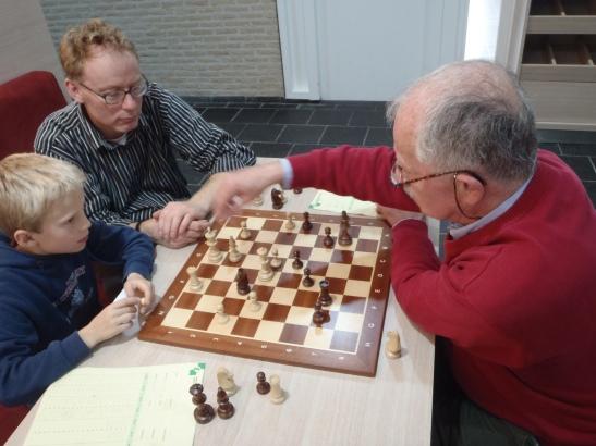 Hans analyseert met Jonas en zijn vader.