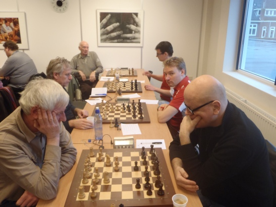 Onze witborden Arie, Herman, Jan (op de wc) en Ruud (tegenstander nog niet aanwezig)