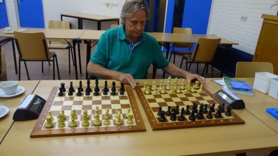 Herman zit klaar om te spelen tegen Jan (het werd 2-2)